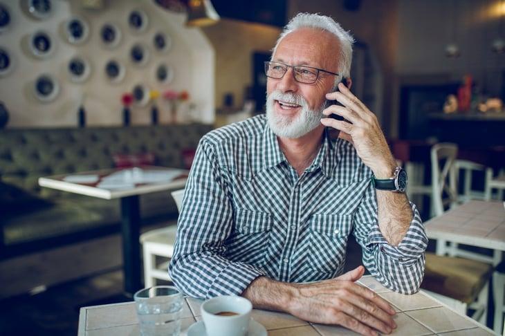 hombre-llamando-reserva-cita-doctoralia-phone