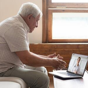 paciente en videollamada consulta online | Doctoralia